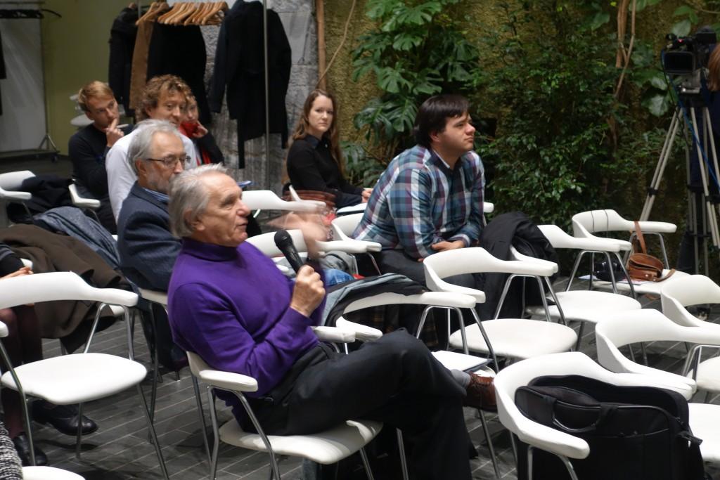 Jacques Rancière se je sproti odzival na prispevke sodelujočih, odgovarjal na vprašanja in razpravljal z udeleženci. Ljubljana, november 2015