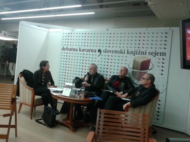 Dr. Mojca Puncer je dr. Aleša Erjavca, dr. Janeza Strehovca in dr. Leva Krefta zapletla v živahen pogovor.